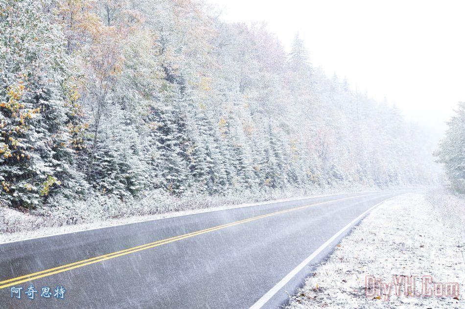 秋天的颜色和斯诺沿着高地景观公路装饰画_风景_雪花